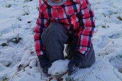 Hania też lepiła mini bałwana, ale śnieg się nie lepił