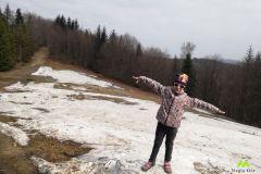 Hania korzysta z resztek śniegu