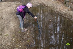 Hania sprawdza poziom wody
